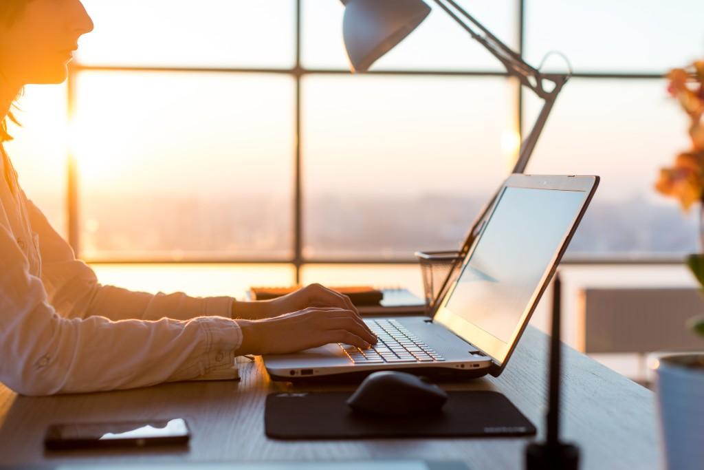 Женщина-фрилансер работает за компьютером